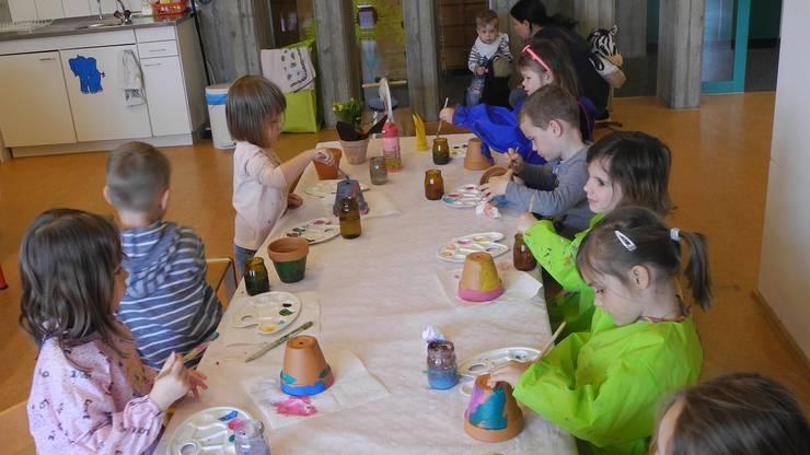 Gemeinsam malen macht Spass: Die Kinder tauschen sich über Farben und Muster aus.
