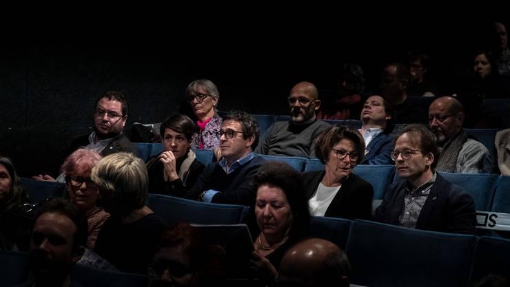 Die fünfköpfigen Stadtregierung von La Chaux-de-Fonds im Kino Canva Blue, wo der Dok-Film über ihre Arbeit gezeigt wird.