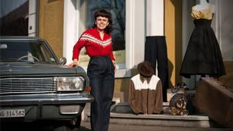 Vintage-Schneiderin Dina Granget aus Suhr mit ihrem Opel Kapitän aus dem Jahre 1964 und Kleidern aus ihrem Atelier: «Heute muss niemand mehr nähen können.» ANNIKA BÜTSCHI