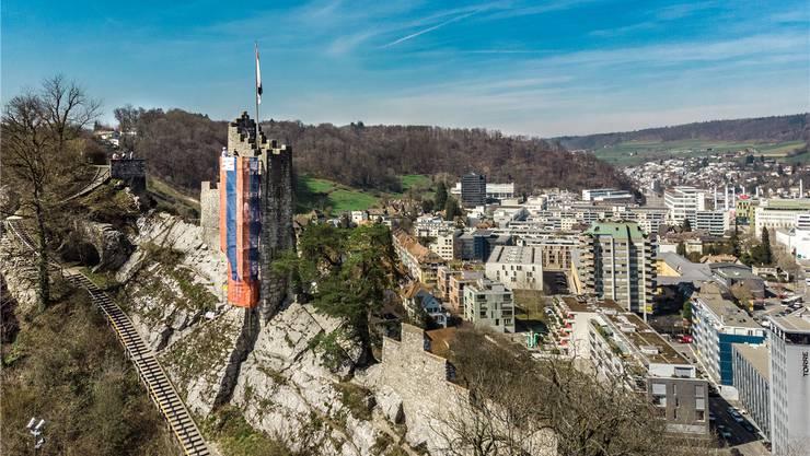Idylle mit Pflaster: Das orange-blaue Gerüst der Ruine Stein sticht heraus.