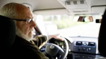 Ein Senior beim Fahrtraining. (Archiv)