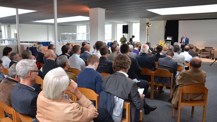 Zahlreiche Schlieremer Wirtscahftsvertreter, Politiker und Start-up-Gründer lauschten am Innovationsapéro den Worten des sichtlich gelösten FDP-Nationalrat Ruedi Noser
