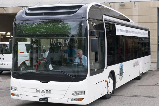 Hybridbus im RVBW Hof Wettingen, am Steuer Walter Hugentobler