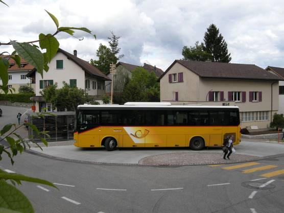 Zwischenhalt bei der neugestalteten Bushaltestelle im Dorfzentrum von Günsberg