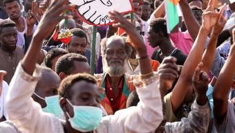 Sudanesische Protestanten demonstrieren weiter vor dem Armee-Hauptquartier in Khartum. (Archivbild)