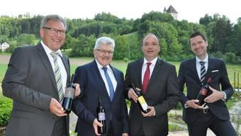 Sie halten besten Weine in der Hand – v.l.n.r.: Peter Wehrli, Präsident Aargauischer Weinbauverband, Roland Brogli, Regierungsrat, Markus Dieth, Grossratspräsident, Peter Grünenfelder, Staatsschreiber.