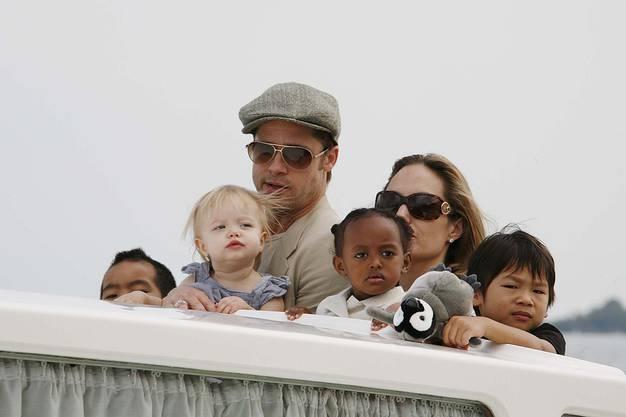 Angelina Jolie mit ihrem Partner Brad Pitt und leiblichen sowie Adoptivkindern.