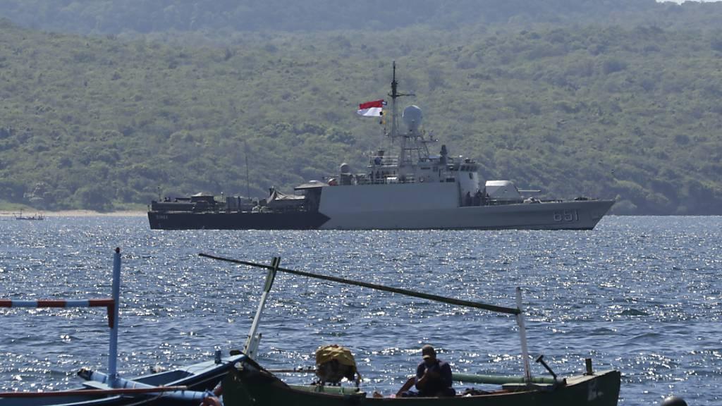 Das indonesische Marineschiff KRI Singa fährt aus, um an der Suche nach dem U-Boot KRI Nanggala teilzunehmen, das während einer Trainingsübung nähe Ostjava verschollen ging. Foto: Uncredited/AP/dpa