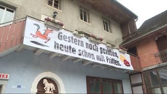 Eine Metzgerei in Dürrenäsch ist mit einem Plakat ein bisschen über das Ziel hinausgeschossen. Die einen finden es witzig, andere bezeichnen den tierischen Werbeslogan als geschmacklos. Der betroffene Metzger befindet sich nun in einem Dilemma.