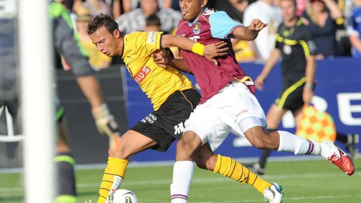 YB-Akteur Elsad Zverotic (links) ist einen Tick schneller am Ball als West Hams Cristiano Montano. m. bieri