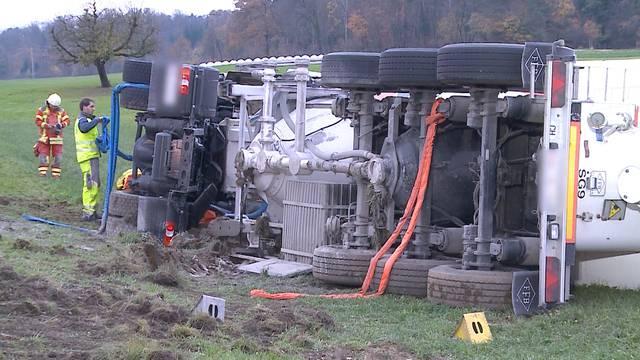 Schüttgut-Transporter auf der Bözberg-Passhöhe umgekippt