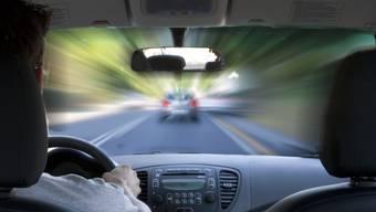 Der Drängler fuhr einen Kilometer lang zu nah auf das Fahrzeug vor ihm auf. (Symbolbild)