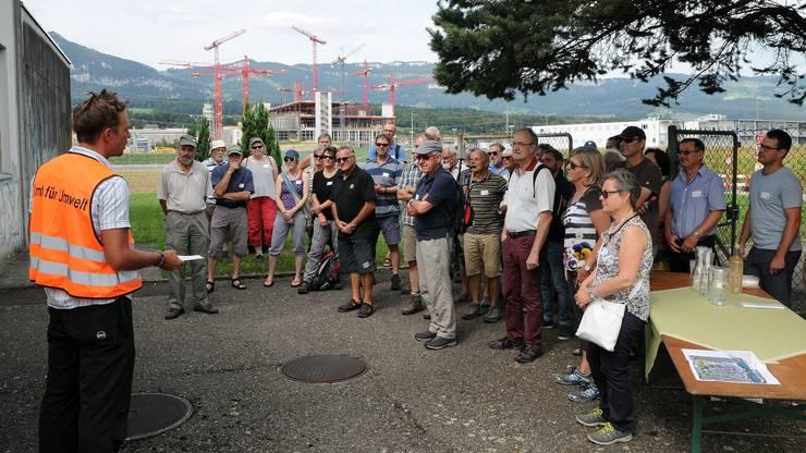 Beim Pumpwerk 11 - im Hintergrund die 11 Kräne der Biogen-Baustelle - erklärt Karl Stransky vom Amt für Umwelt die Entstehung von Grundwasser.