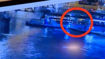Hier rammt das Hotel-Schiff das Touristenboot auf der Donau in Budapest