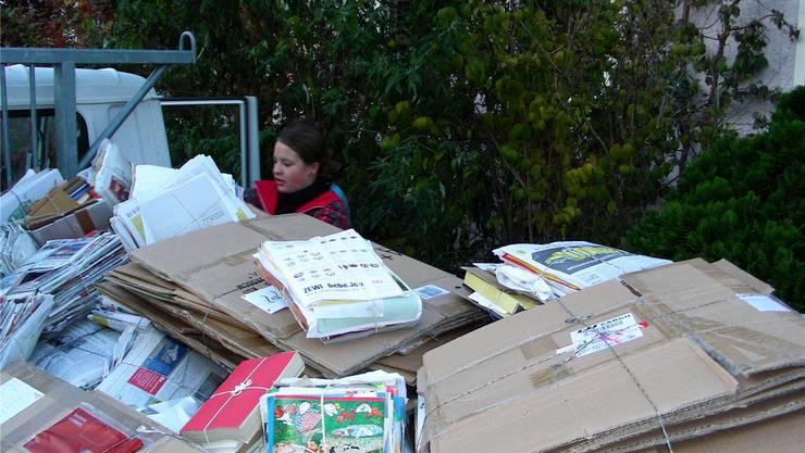 Die Bündel sind geschnürt und werden verladen: Papier sammeln im Fricktal Vereine, Schulen oder Entsorgungsunternehmen. (Archiv)