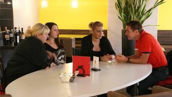 Cinzia Starnino hört Restauranttester Bumann zu.