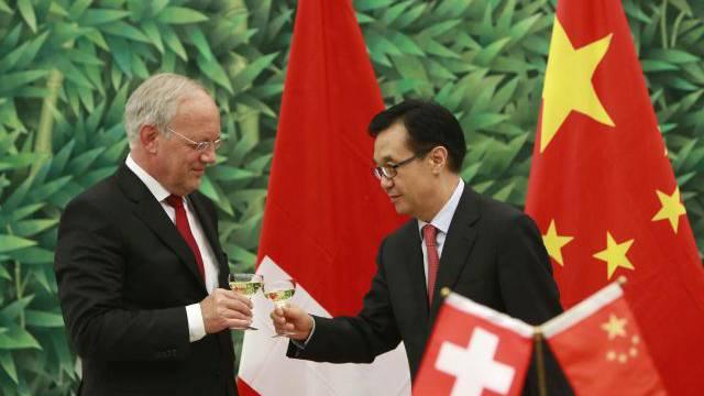 Bundesrat Johann Schneider-Ammann und der chinesische Handelsminister Gao Hucheng stossen auf das frisch unterzeichnete Abkommen an. Foto: KEYSTONE