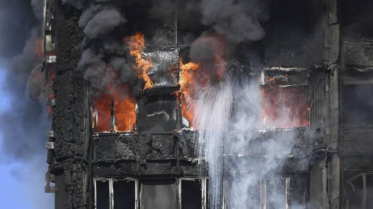 Hier kämpfen Feuerwehrleute noch gegen das Feuer.