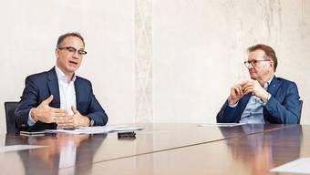 Beim Streitgespräch im Grossratsgebäude in Aarau über das neue Energiegesetz: Patrick Gosteli (contra, links im Bild) und Hans-Ruedi Hottiger (pro).