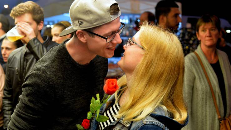 Ein Pärchen hat sich eine Rose gekauft.