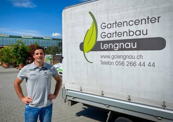 Simon Huwyler verdient den Grossteil seines Einkommens als Landschaftsgärtner beim Gartencenter Lengnau.