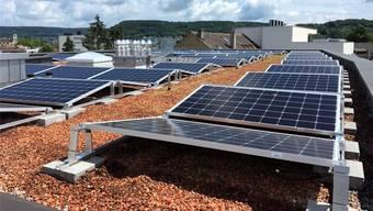 Dach der «Residenz zur Linde»: Auf den 150 Quadratmetern sind 92 Photovoltaik-Panels verlegt worden.