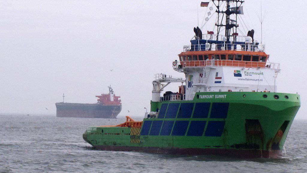 """Der Frachter """"Glory Amsterdam"""" (hinten) wird in tieferes Wasser gezogen."""
