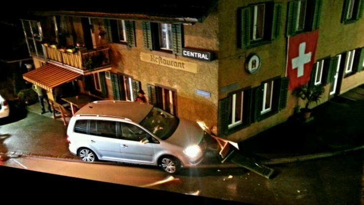 Das Auto krachte in die Ecke des Gebäudes.