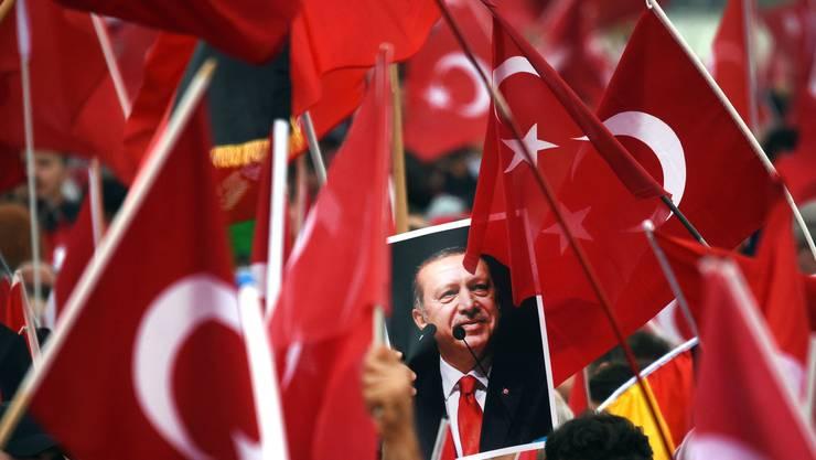 Die Lobby-Organisation der AKP, die «Union Europäisch-Türkischer Demokraten», organisierte vor der Abstimmung etliche Erdogan-Demos. (im Bild: Köln)