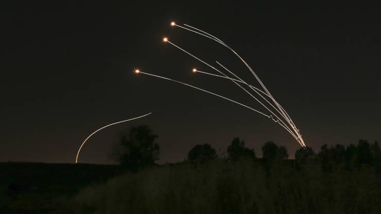 Das israelische Abwehrsystem Eisendom fängt immer wieder von radikalen Palästinensern abgefeuerte Raketen aus dem Gazastreifen ab. (Archivbild)