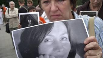 Aktivisten in Moskau erinnern 2009 an die Ermordung der Journalistin Natalia Estemirowa (Archiv)