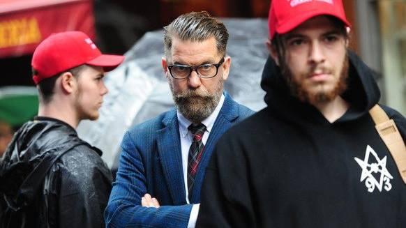 McInnes 2017 bei einer Altright-Demo. Mit Kleidern und einem Bodyguard, der sich als Trump und Thelema-Anhänger outet.