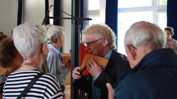 Nach dem Referat zeigte Jörg Frei den Interessierten, wie man richtig in die Röhren der Panflöten pustet.