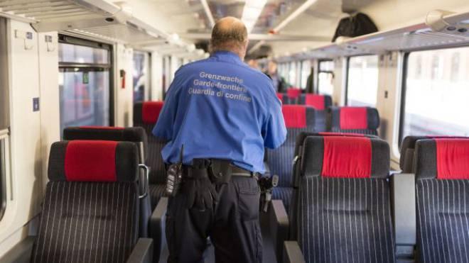 Haben weniger zu tun: Grenzwächter in einem Eurocity-Zug der SBB. Foto: KEYSTONE