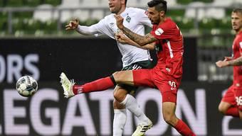 Kein Durchkommen für Werder Bremen: Philipp Bargfrede (links) läuft gegen Heidenheims Tim Kleindienst auf
