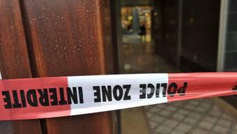 Polizei riegelt nach einem Überfall ein Geschäft ab (Symbolbild)