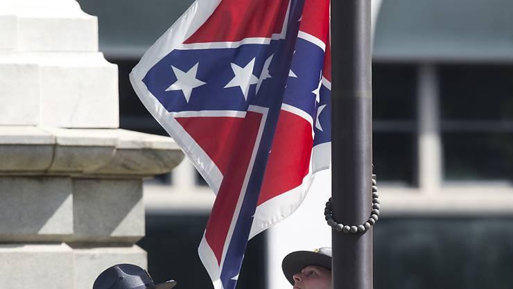 Eine Ehrengarde der South Carolina Higway Patrol holt die umstrittene Konföderierten-Flagge vor dem State House in Columbia ein.