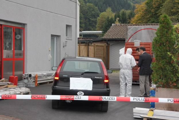 Der Tatort am Tag danach: Die Spurensicherung untersucht das Areal.
