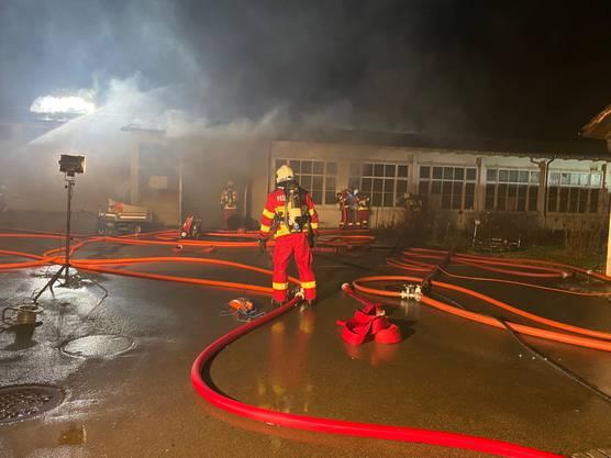 Aus einer Liegenschaft, die als Lagerhalle benutzt worden sein dürfte, stieg starker Rauch auf.