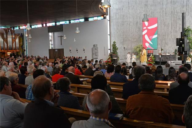 Weihbischof Felix Gmür gestaltete den Firm- und Jubiläumsgottesdienst zum 50-jährigen Bestehen der St.-Josefs-Kirche. Bruno Kissling