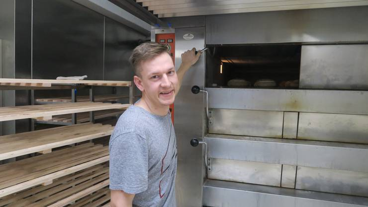 Was darfs sein? Benjamin Korb vor dem Ofen, in dem er unzählige Brote backte.