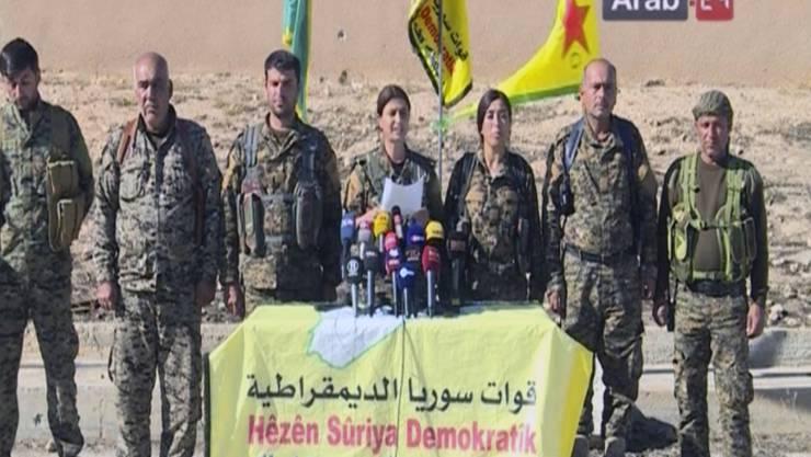 Eine Kommandantin der Syrischen Demokratischen Kräfte verkündet an einer Medienkonferenz in Ain Issa den Beginn der Offensive auf die IS-Hochburg Al-Rakka.