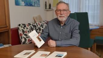 Stefan Fleischer mit seinen Büchern in seiner Alterswohnung am Girardplatz.