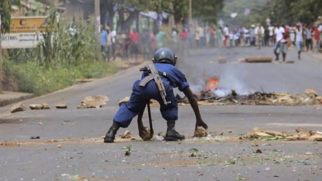 Ein burundischer Polizist im Einsatz gegen Demonstranten