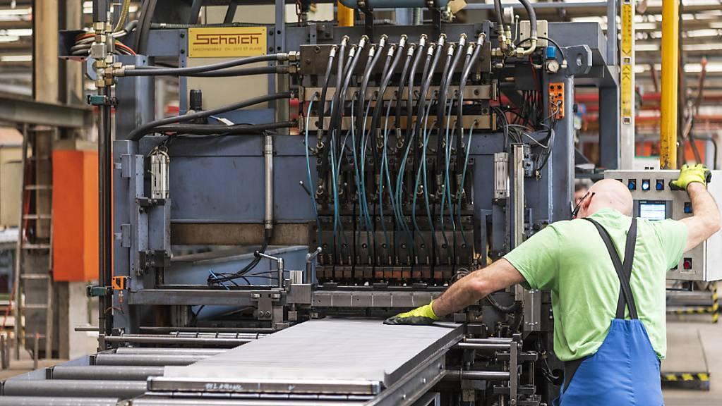 Die Stimmung der Einkaufsmanager in Schweizer Industrieunternehmen hat sich aufgehellt. Ein Grund dafür dürfte die gute Nachfrage aus Asien sein. Düsterer ist die Lage im Dienstleistungssektor.(Symbolbild)