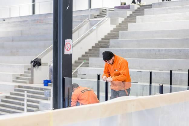 Handwerker bringen letzte Geländer an, während...