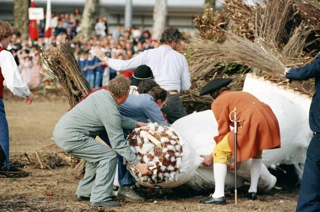 Schliesslich musste der Kopf des Bööggs eigenhändig ins Feuer geworfen werden.