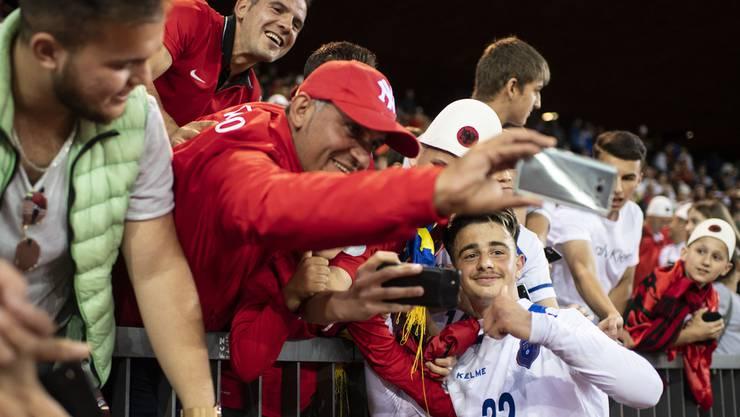 Zhegrova posiert bei einem Spiel der kosovarischen Nationalmannschaft mit Fans.