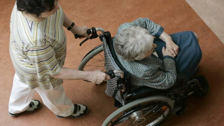 Die Pflegerin soll mehrere Bewohner des Alterszentrums beraubt haben (Symbolbild).