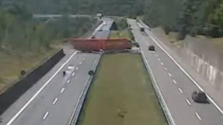 Dieser U-Turn kommt den LKW-Fahrer wohl teuer zu stehen.